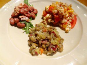 レンズ豆とさつまいものパルメザン風味サラダ(手前)