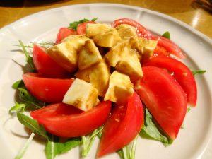 トマトとモッツァレラチーズ、ごまのカプレーゼ(練りごま、擦りごま)