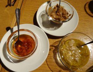 からしバルサミコ、かんずりオリーブオイル、にんにくアンチョビの3種のソース