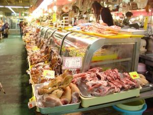 沖縄の市場のお肉屋さん