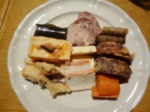 お祝い膳 9種類の前菜盛り合わせ(こぶ、煮豚、ごぼう、あつあげ、カステラかまぼこ、田芋 紫芋フライ、かじきフライ、かまぼこ、にんじん)