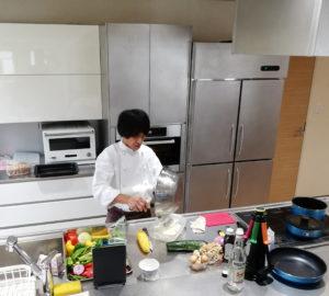 タニコーの広々と綺麗なシステムキッチン。業務用だけでなく、家庭用も製造されているそうです。