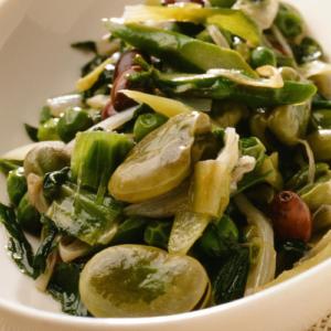 スパラ、空豆など、春野菜の煮込みローマ風